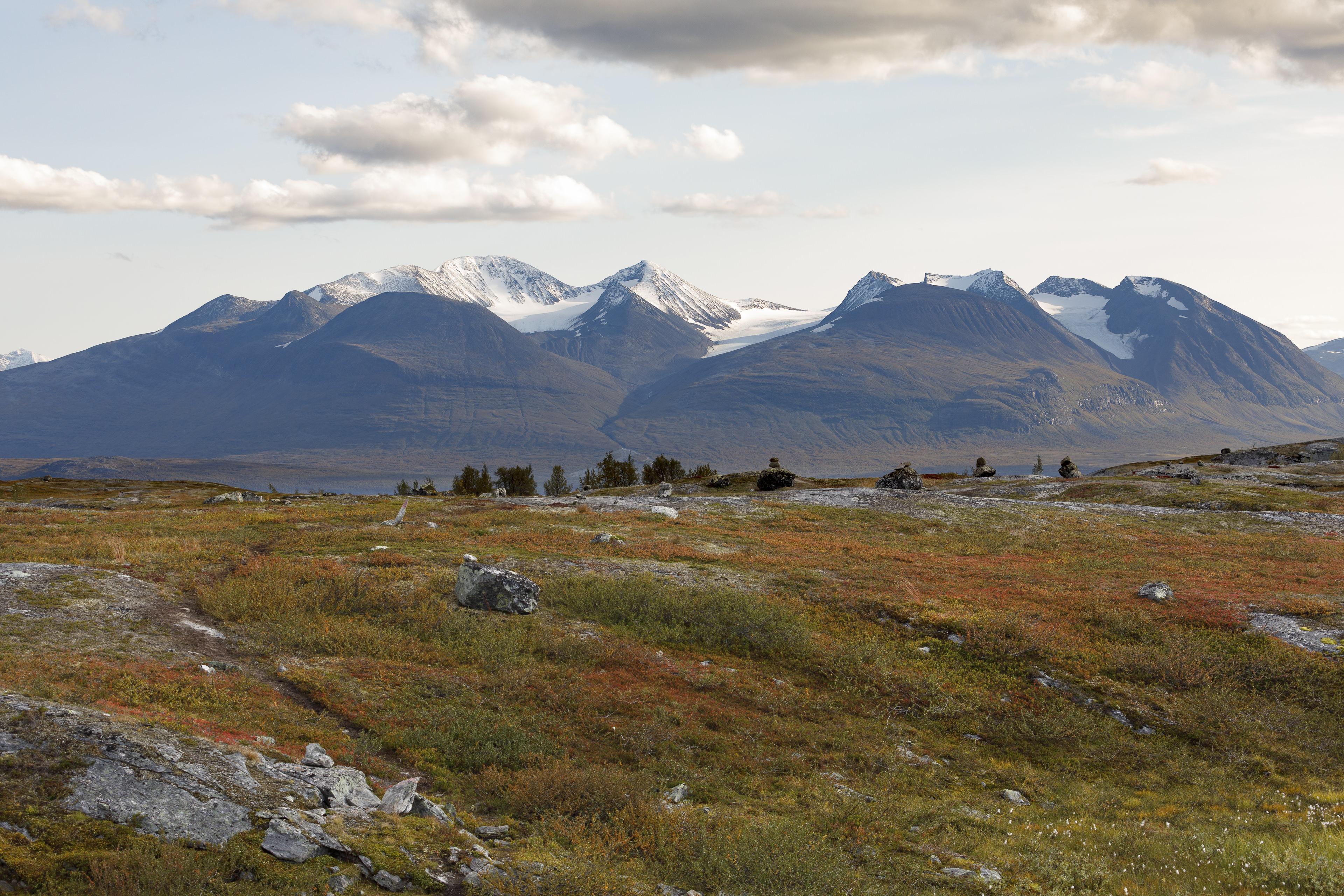 Áhkká mit seinen vielen Gipfeln und Gletschern (Stortoppen 2015m),©Markus Proske—Canon EOS 5D Mark IV, EF70-300mm f/4-5.6L IS USM, 70mm, 1/160s, Blende 8, ISO 160