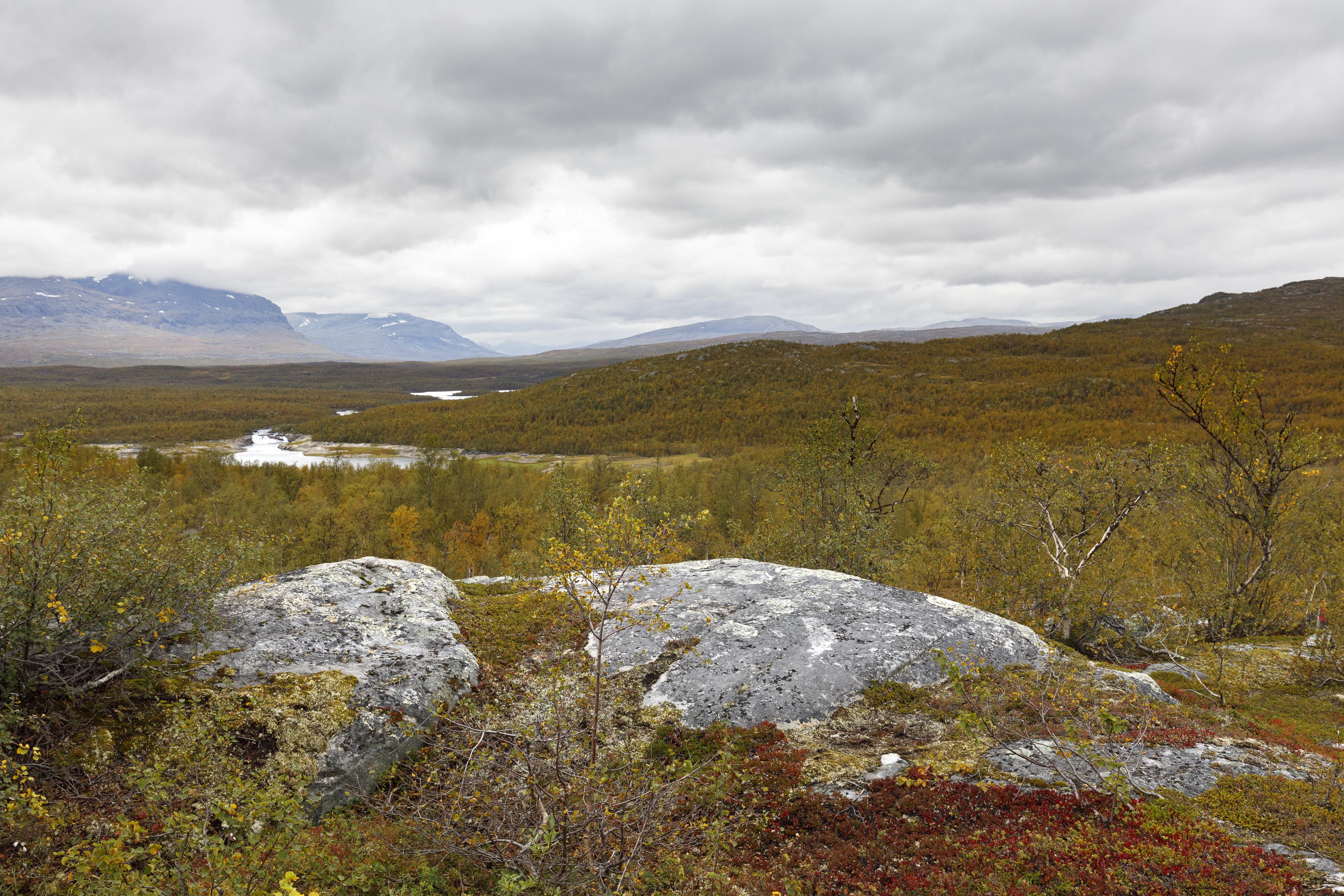 Ein erster Blick auf den Rastplatz Akkajaure Västenden (bei der Mündung des Sårgåjåhkå,©Markus Proske—Canon EOS 5D Mark IV, EF16-35mm f/4L IS USM, 35mm, 1/80s, Blende 8, ISO 500