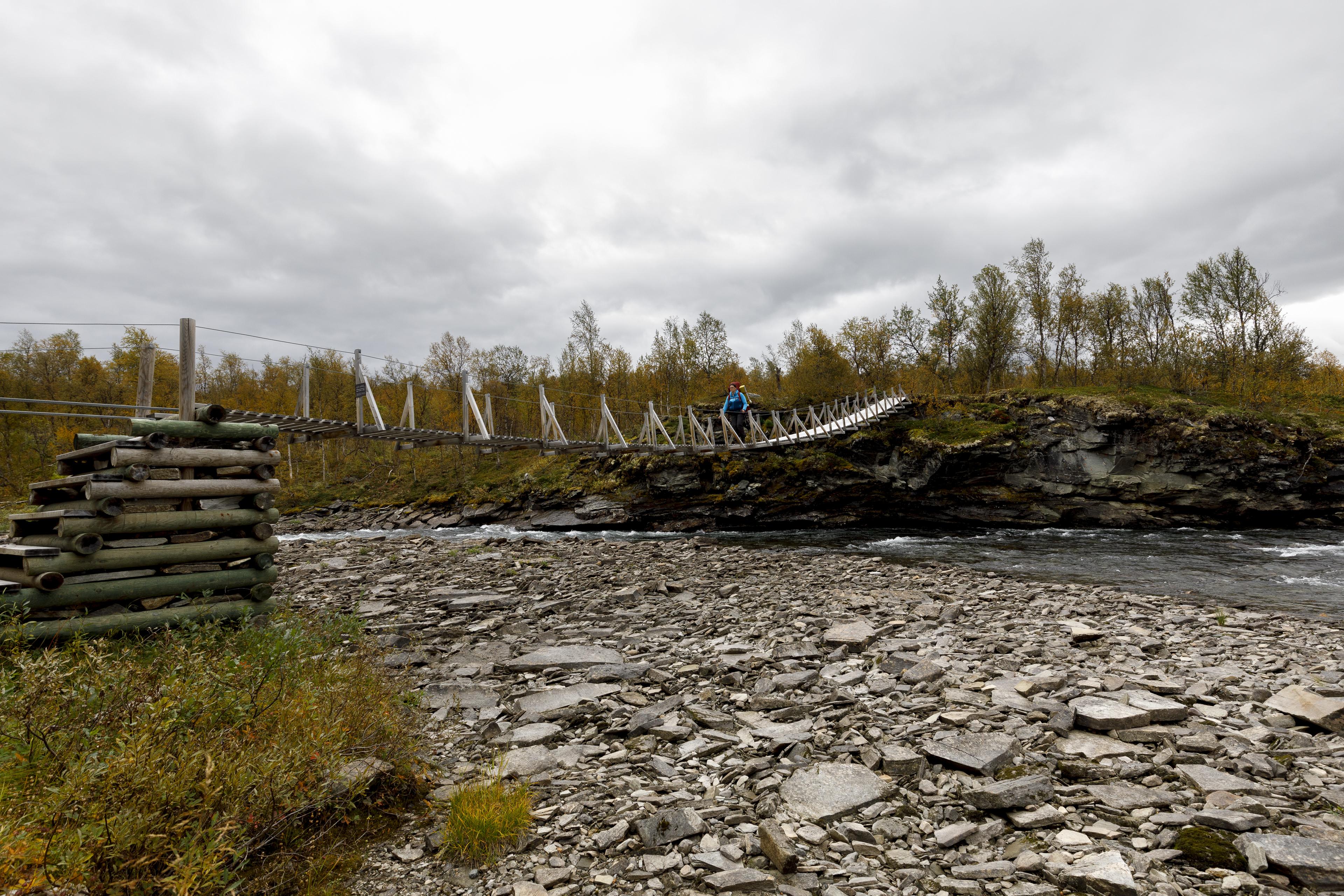 Brücke über den Ubmasjåhkå, der gerade wenig Wasser führt,©Markus Proske—Canon EOS 5D Mark IV, EF16-35mm f/4L IS USM, 17mm, 1/60s, Blende 8, ISO 320