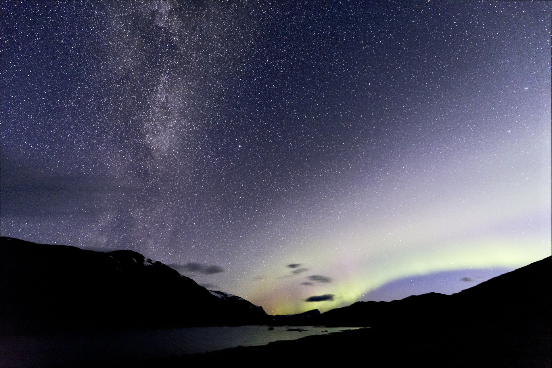 Milky Way and Aurora Borealis on Baugevatnet, © Markus Proske (stacked by Daniel J.)