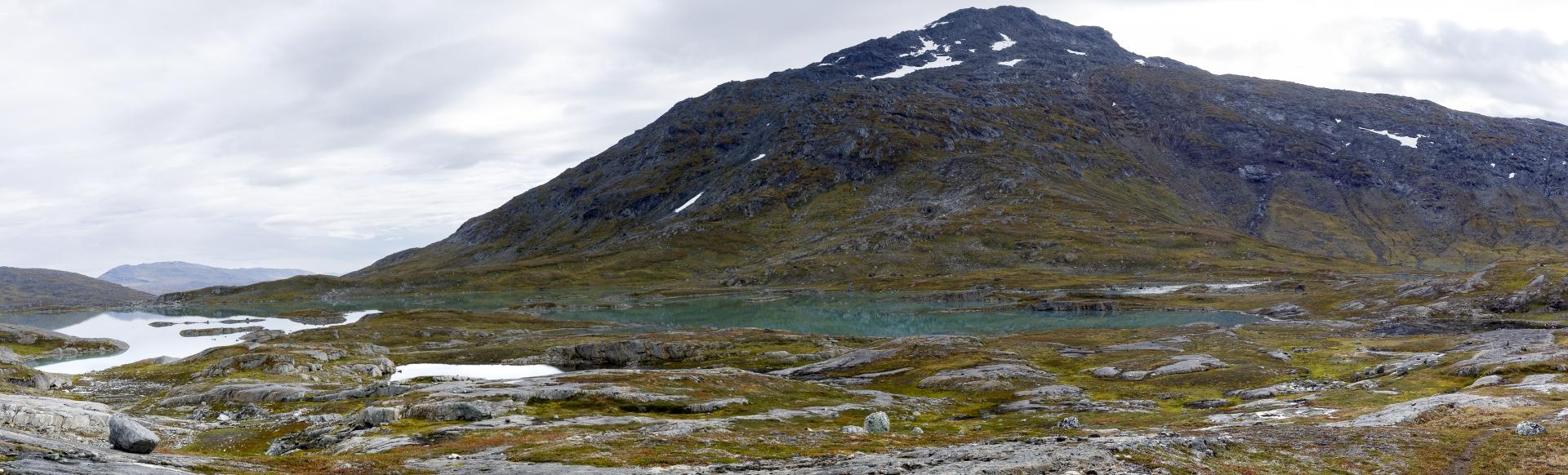 Blick zurück auf die Brücke, im Hintergrund der Noajdetjåhkkå