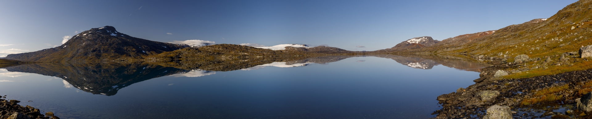 Bovrojávri umrahmt von Noajdetjåhkkå, Gihccejiekna und dem Paurofjellet (von links nach rechts)