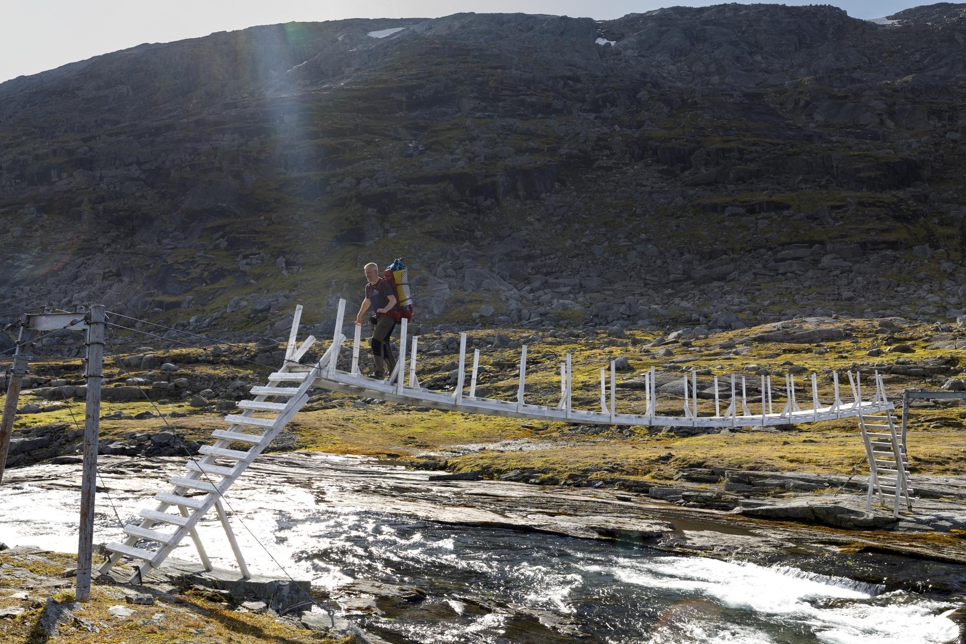 Hängebrücke über den Abfluss des Baugevatnet