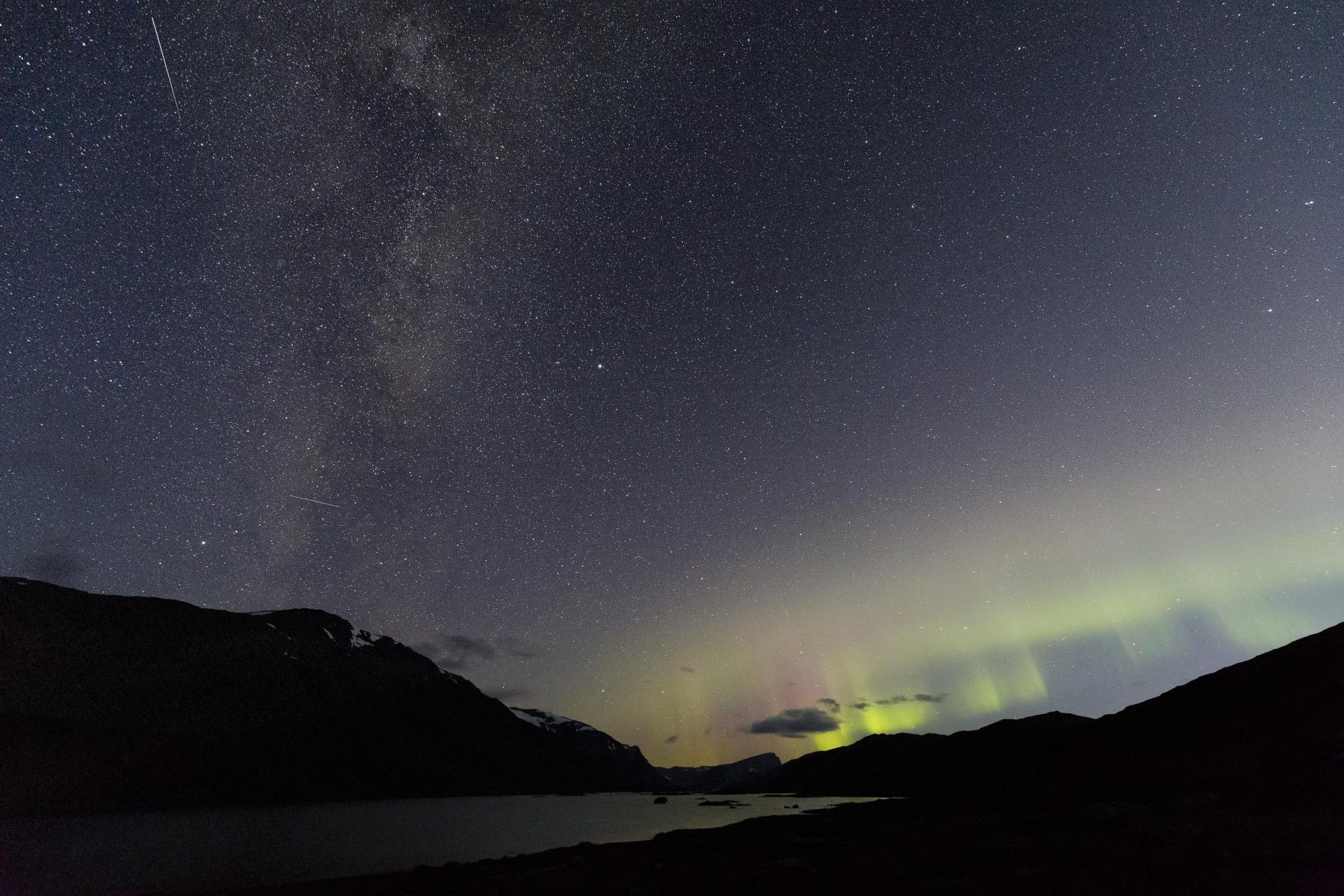Milchstraße, Sternschnuppen und Aurora Borealis am Baugevatnet