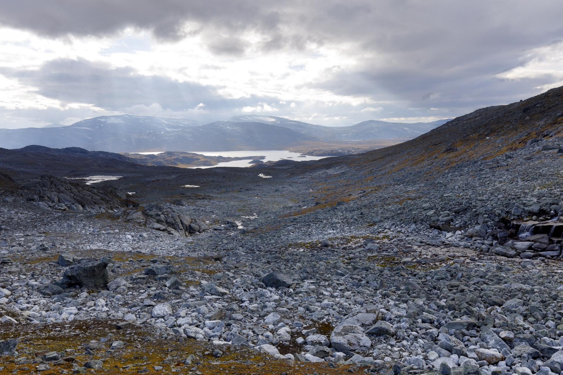 Ein letzter Blick zurück auf den Gautelisvatnet und den bisherigen Aufstieg ins Čáihnavagge