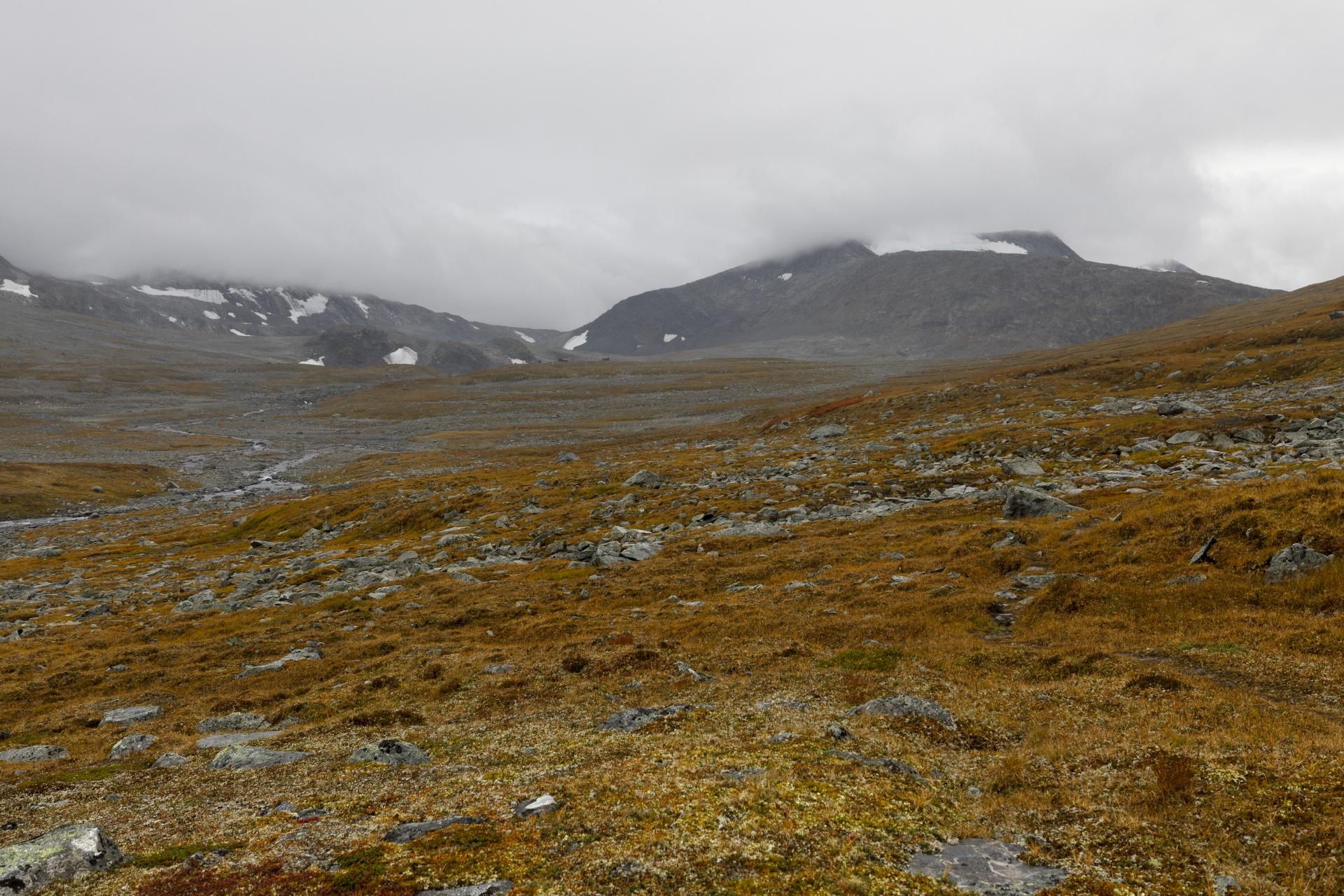 Blick zurück auf die Čáihnavaggehytta und den Dulbbot