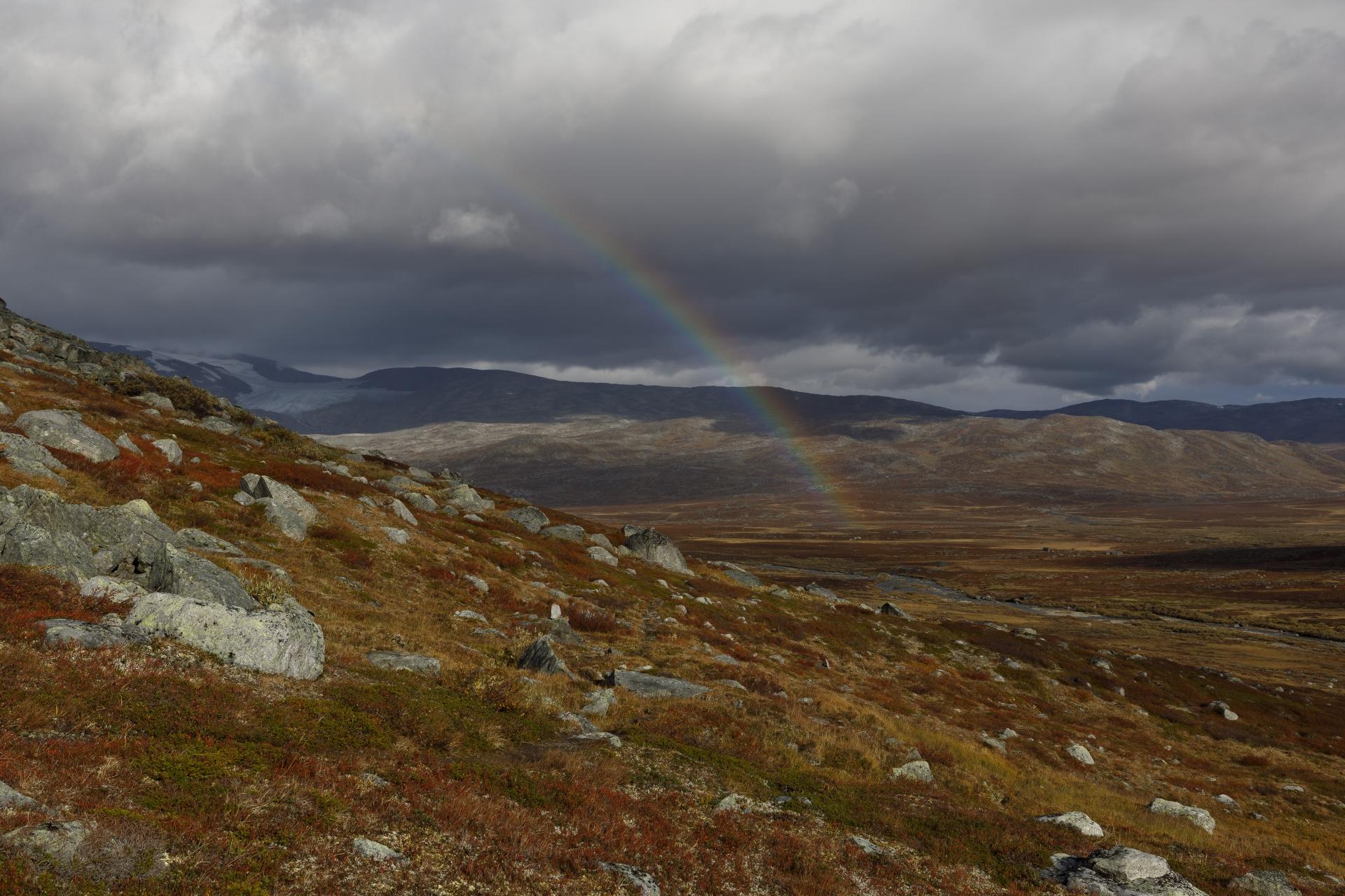Čunovuopmi und links kurz sichtbar das Storsteinsfjellet bzw. der Sealggajiekna