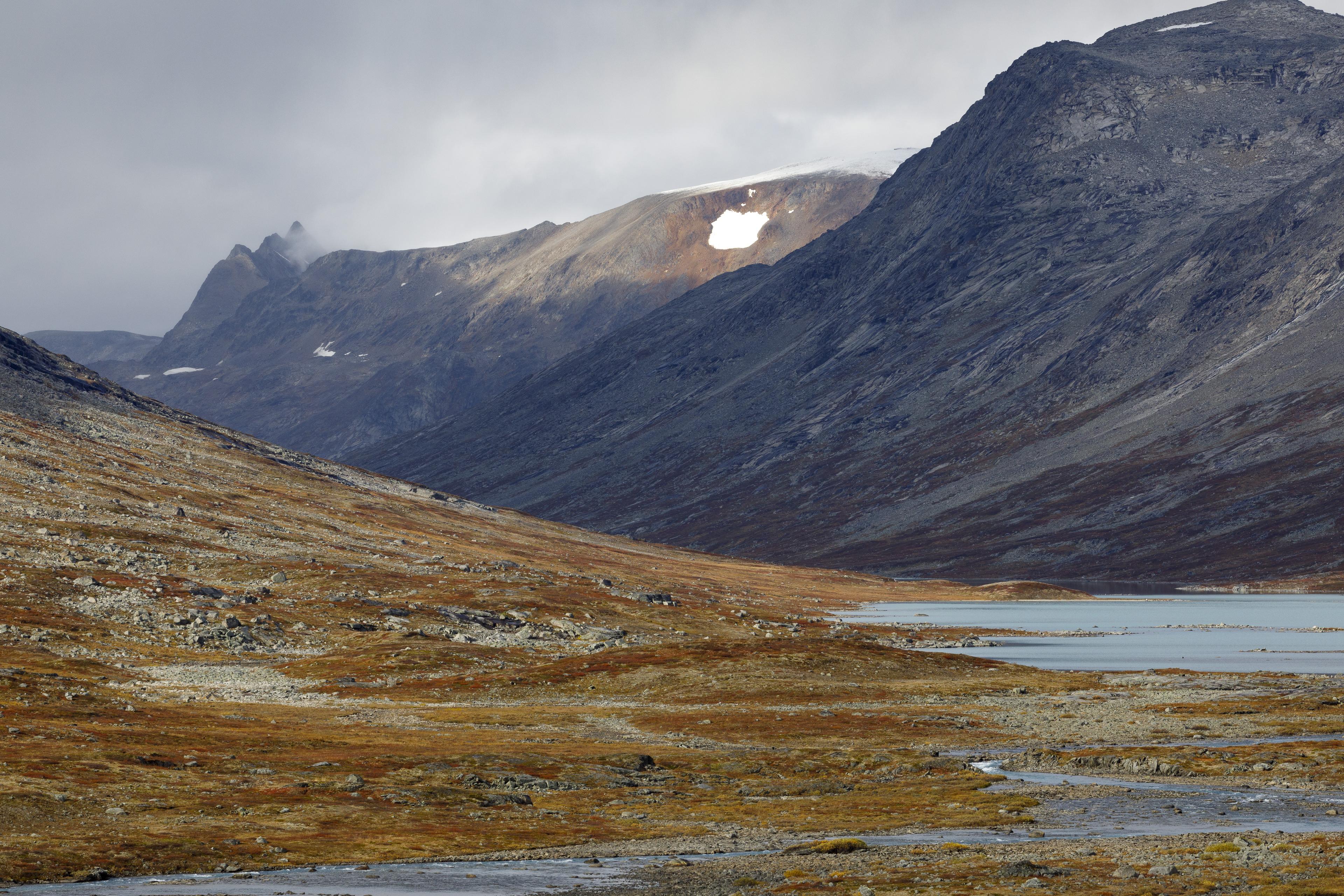 Blick zurück entlang des Sealggajohka, dahinter erhebt sich das Storsteinsfjellet,©Markus Proske—Canon EOS 5D Mark IV, EF70-300mm f/4-5.6L IS USM, 170mm, 1/320s, Blende 11, ISO 320