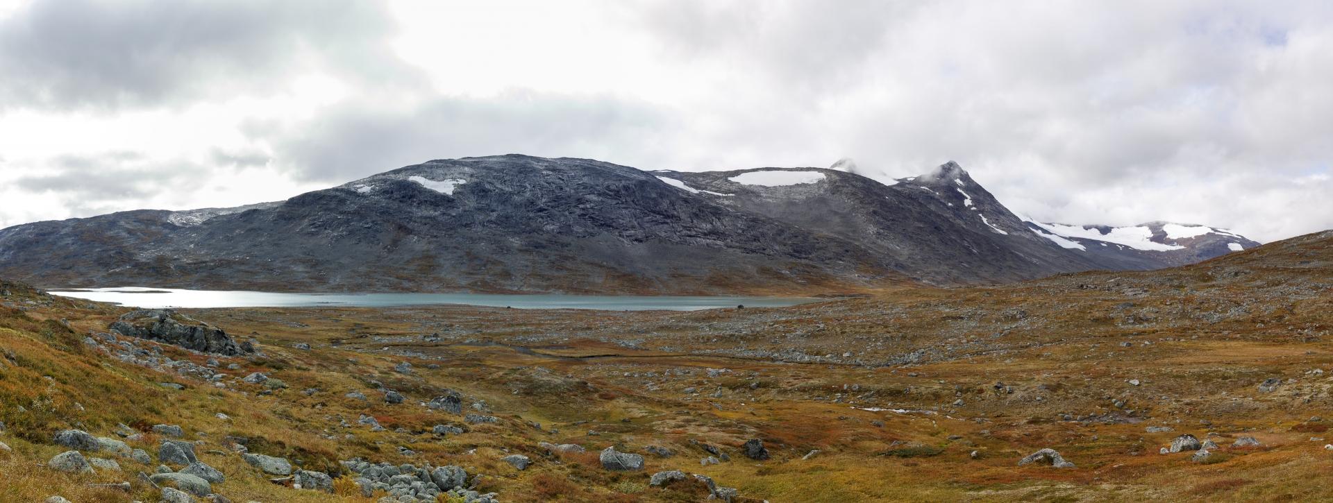 Blick aus dem Oallavággi zurück auf den Sealggajávri und dahinter das Storsteinsfjellet mit dem Sealggajiekna