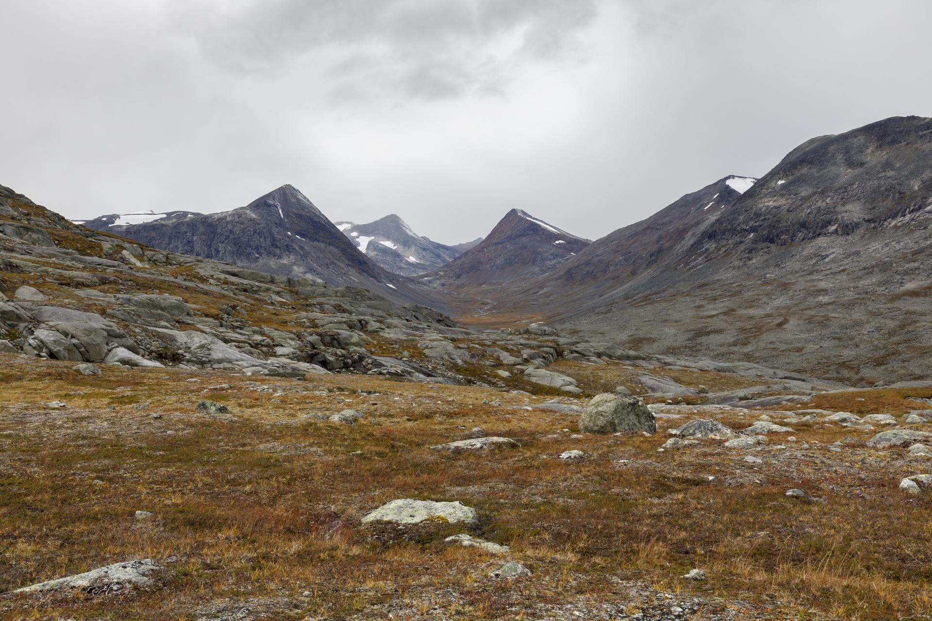 Blick in das Tal, in der die Hunddalshytta liegt mit den markanten Gipfeln Gahperčohkka, Storfjellet und Vomtinden im Hintergrund