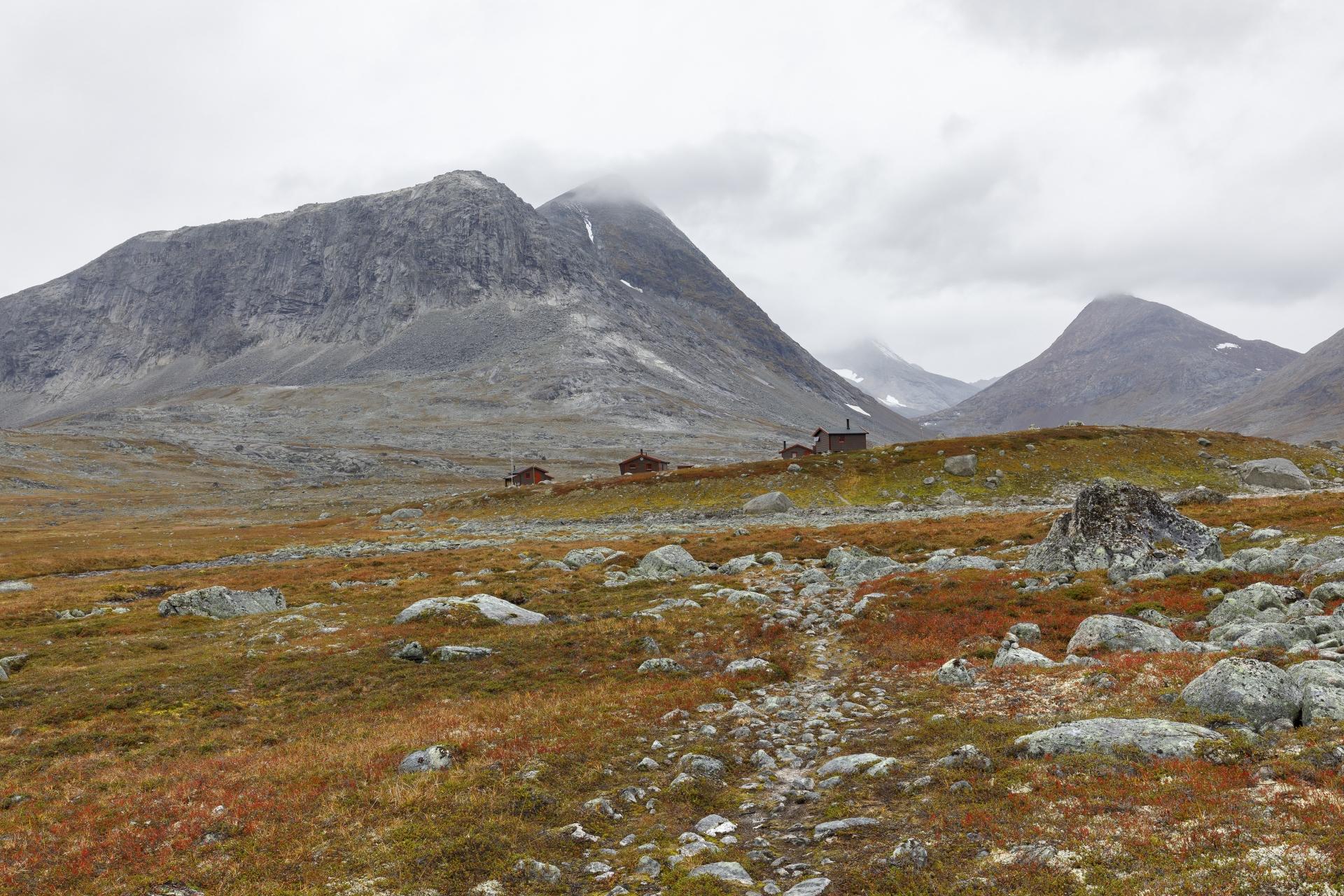 Hunddalshytta, dahinter ragt der Gahperčohkka (1.447 m) auf.