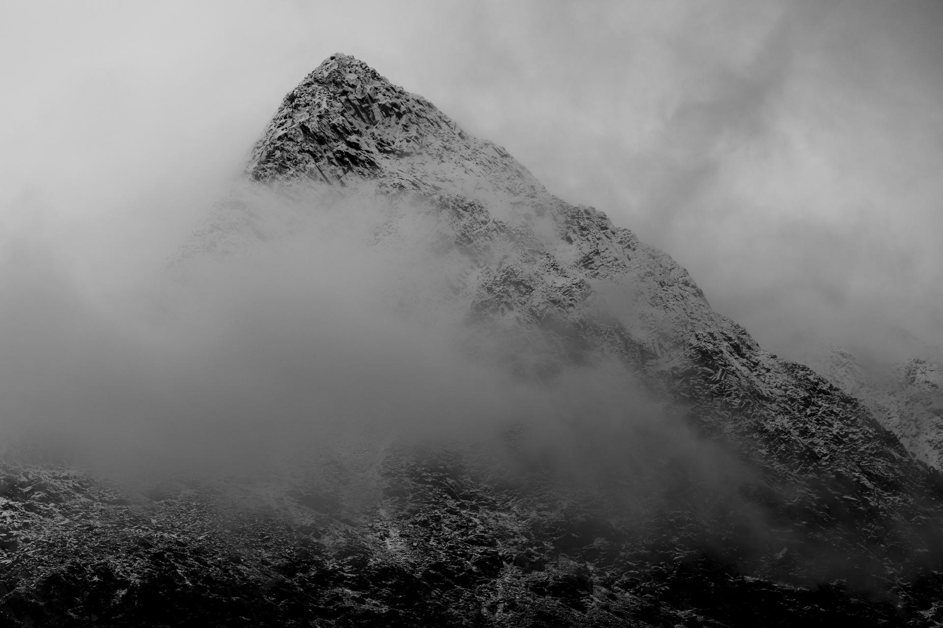 Der schneebedeckte Gipfel des Gahperčohkka (1.447 m)