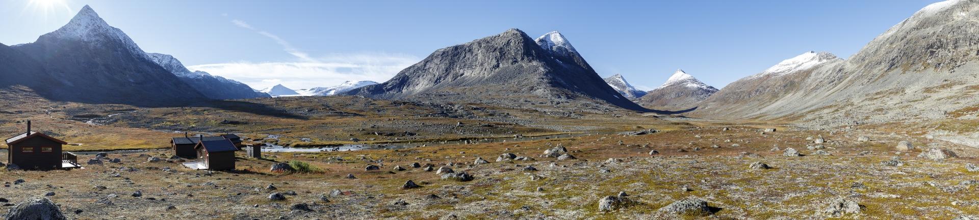 Hunddalshytta mit Ristačohkka, Storsteinsfjellet, Gahperčohkka, Storfjellet, Vomtinden
