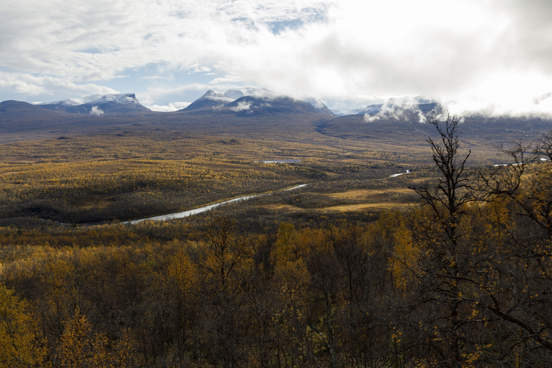 Abisko Natiopnalpark und Lapporten (Čuonjávággi) mit den Bergen  Tjuonatjåkka (1.554 m) und Nissuntjårro (1.738 m)